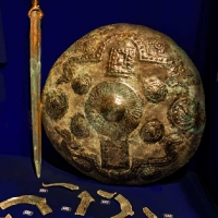 Archeonorico_Bronzeschild und Schwert